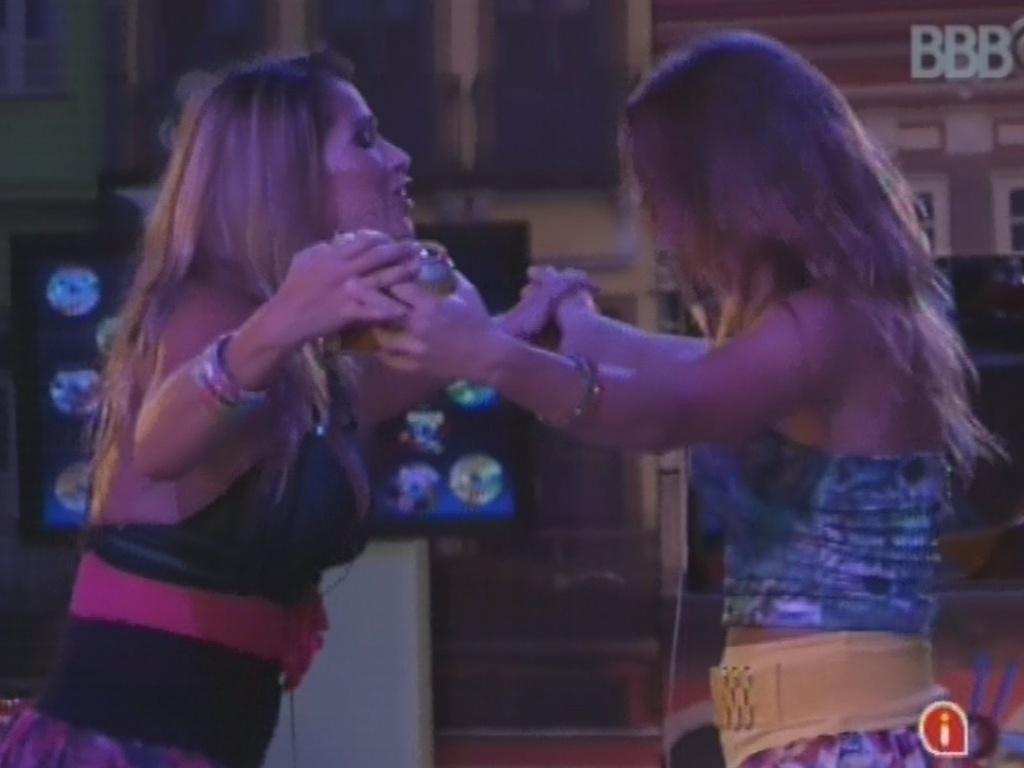 13.mar.2013 - Fani e Natália dançam na pista