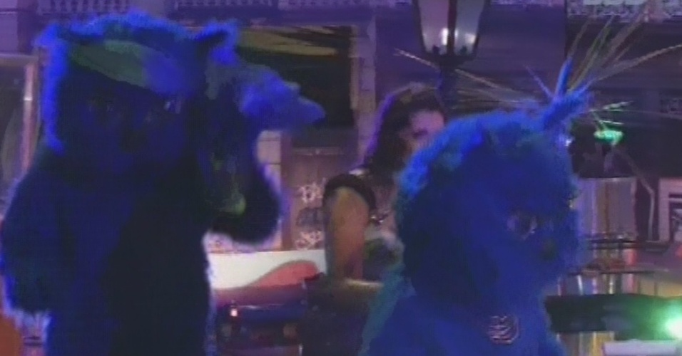 13.mar.2013 - Gatos azuis chegam para dançar na festa ao lado dos brothers