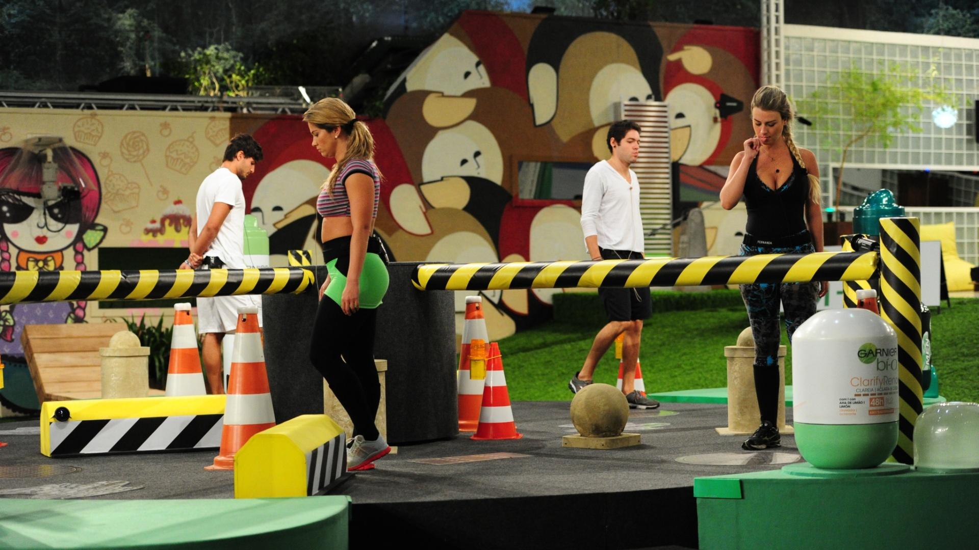 7.mar.2013 - A prova do líder consistia em andar por uma pista de obstáculos em formato de disco giratório