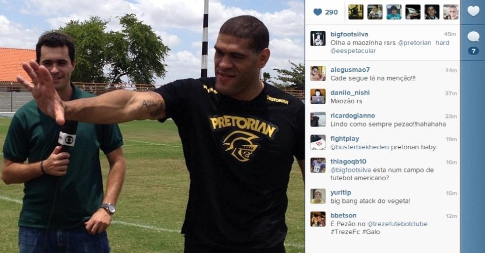 Antonio Silva, o peso pesado Pezão, do UFC, participa de treino de futebol com o time do Treze, da Paraíba, durante gravação de matéria para o Esporte Espetacular