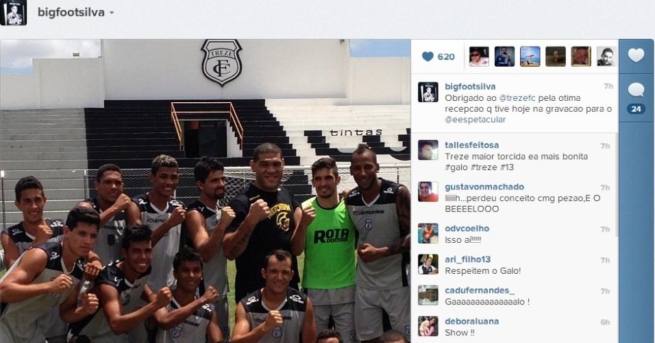 Antonio Silva, o peso pesado Pezão, do UFC, posa com o time do Treze, da Paraíba, durante gravação de matéria para o Esporte Espetacular