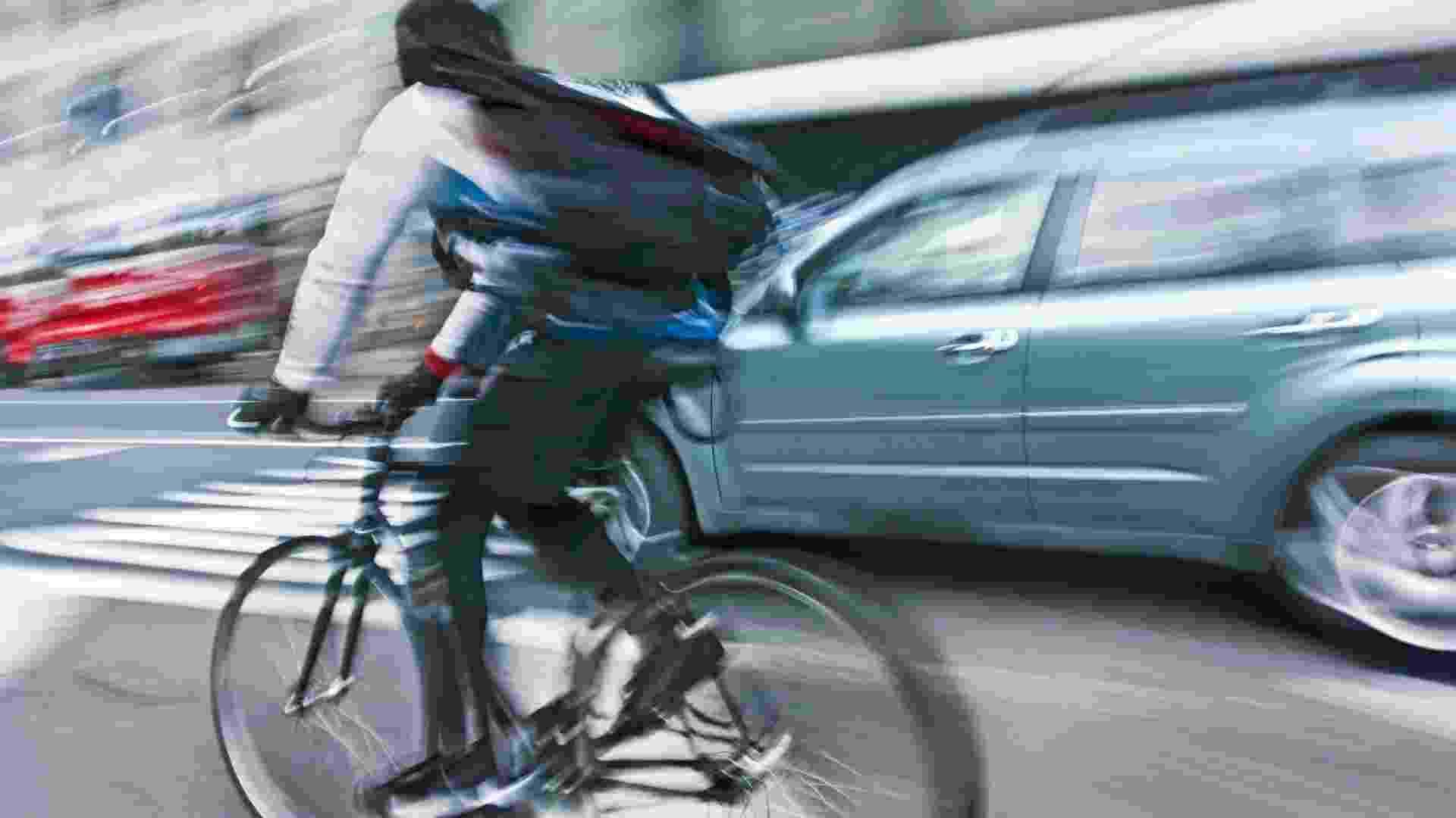 Ciclista, bicicleta na cidade - Thinkstock