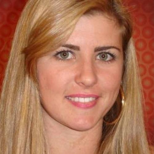 """Famosa pelo jeito caipiria que mostrou no """"BBB7"""", Íris Stefanelli é hoje uma das repórteres do """"TV Fama"""", da Rede TV. Ela emagreceu e também tirou tirou a franja dos cabelos"""