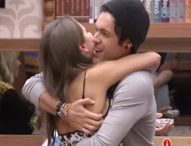 Nasser surpreende Andressa com anel em dois meses de relacionamento