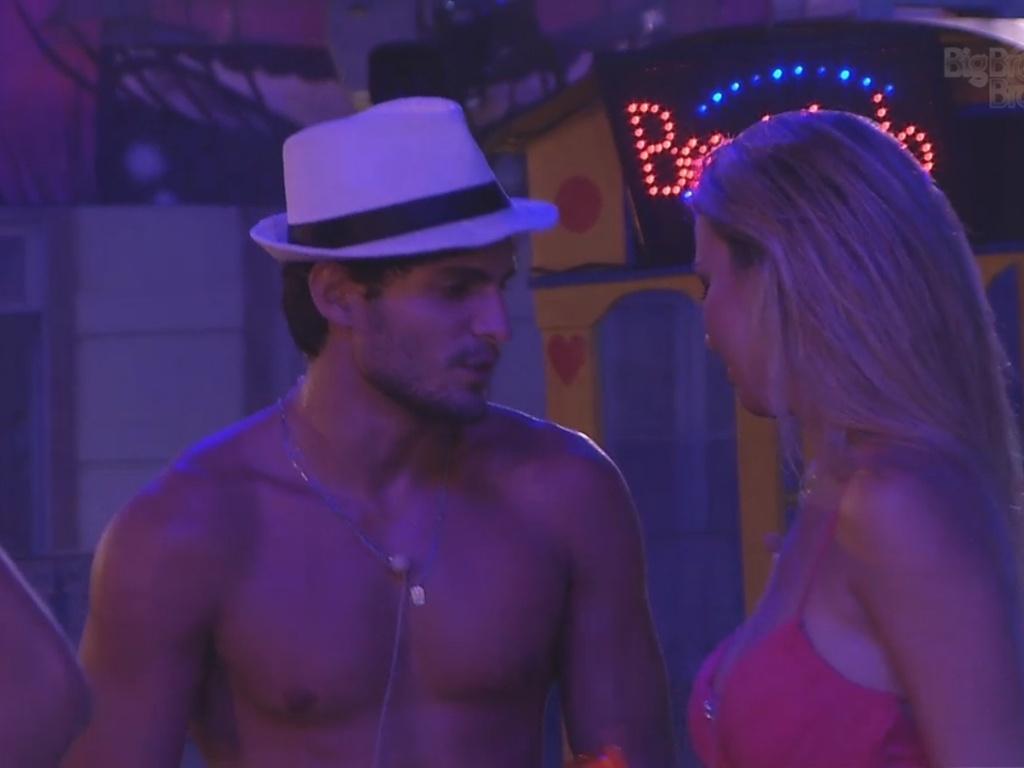 13.mar.2013 - André e Fernanda conversam durante a festa Malandra