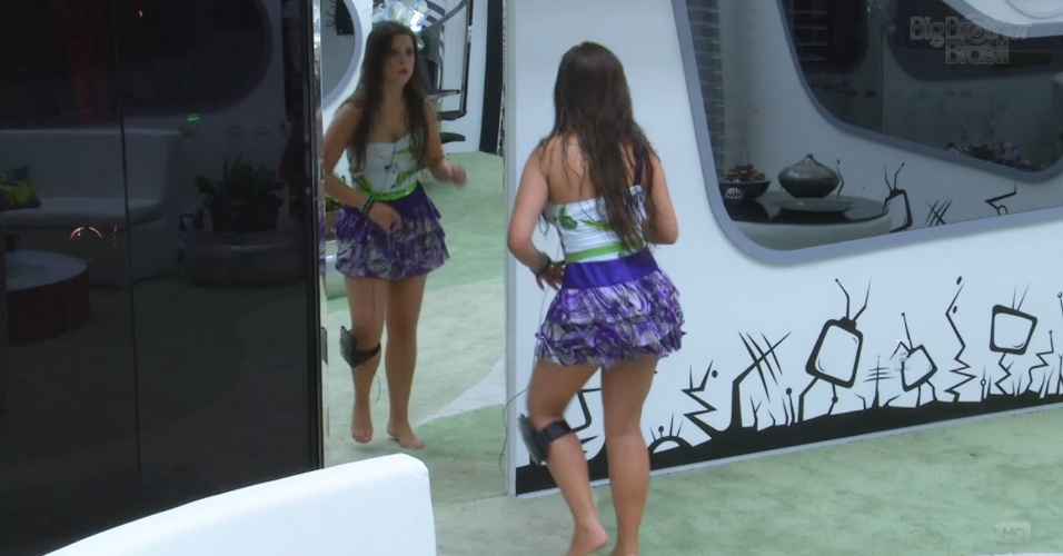 """13.mar.2013 - Andressa dança """"Kuduro"""" se olhando no espelho"""