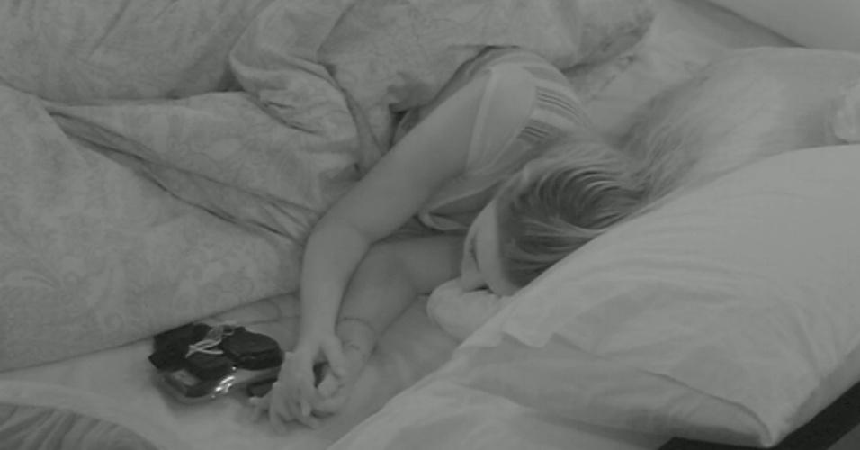 13.mar.2013 - Fernanda dorme sozinha no quarto do líder depois de discutir com André