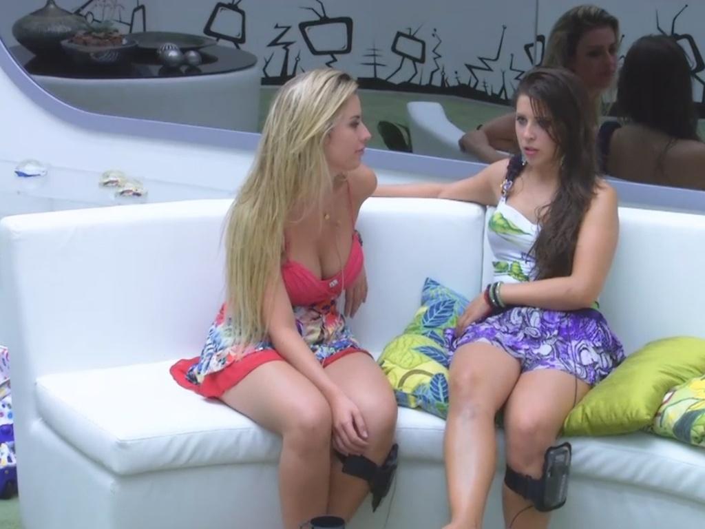 13.mar.2013 - Fernanda e Andressa conversam sobre André na sala durante a festa Astral