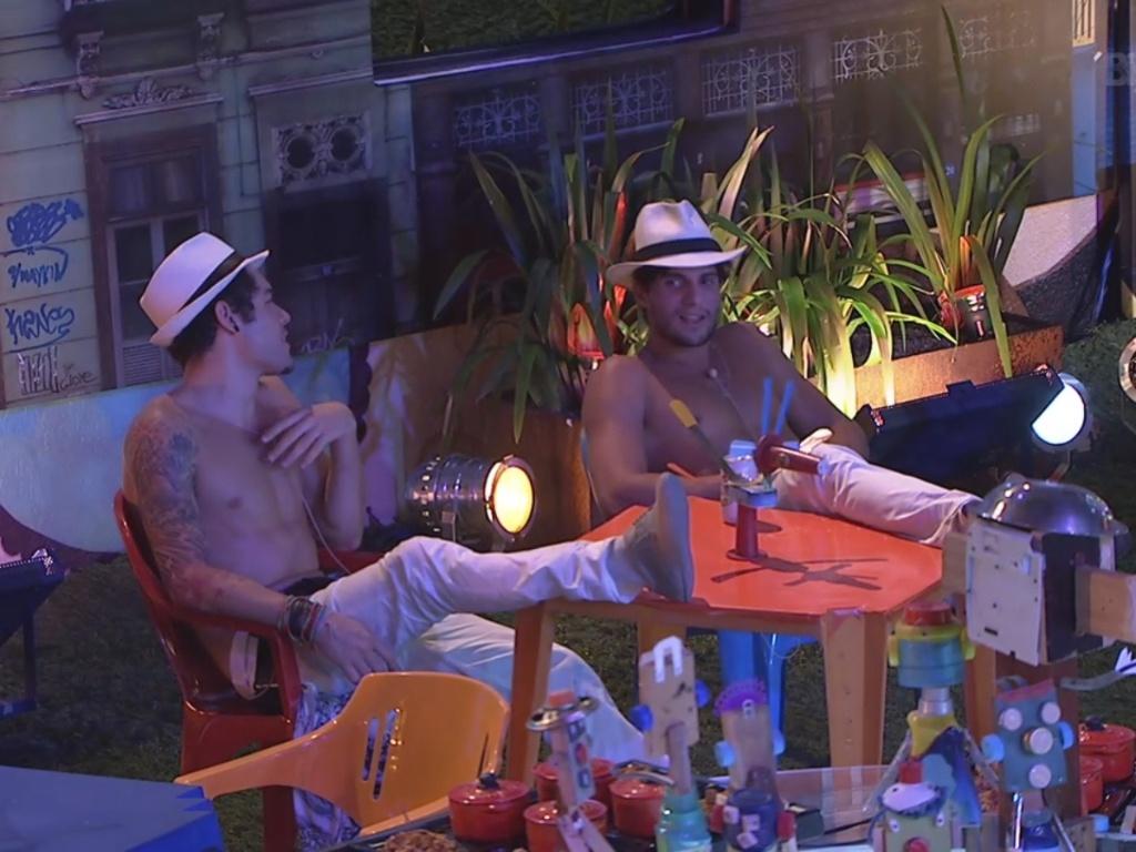 13.mar.2013 - Nasser e André conversam em um canto da festa Malandra