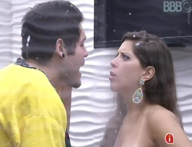 13.mar.2013 - Nasser e Andressa discutem durante a festa Malandra e gritam um com o outro
