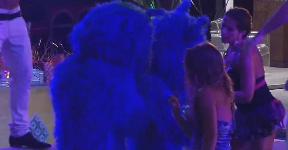 """13.mar.2013 - O casal de gatinhos azuis voltam para a festa e animam os brothers. """"Deveriam ficar mais tempo"""", sugere Fernanda"""