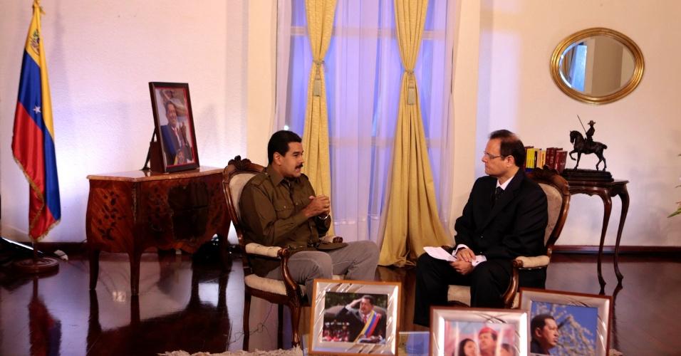 13.mar.2013 - O presidente interino da Venezuela, Nicolás Maduro, é entrevistado para rede venezuelana de televisão, no Palácio Miraflores, sede da presidência, em Caracas