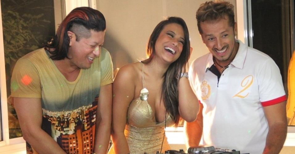 """13.mar.2013 - Patrícia Jordane, ex do jogador Neymar, atua como DJ na gravação da música, """"Amor e Chocolate"""", com a dubla sertaneja Fabrício e Fabian"""