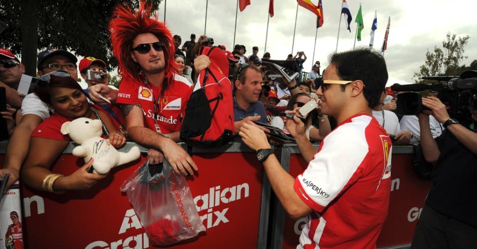 15.mar.2013 - Brasileiro Felipe Massa distribui autógrafos aos fãs antes dos treinos em Melbourne