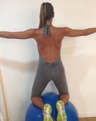 14.mar.2013 - A namorada de Eike Batista, Flávia Sampaio está grávida, mas continua a praticar ioga. A modalidade faz bem para o corpo e a mente