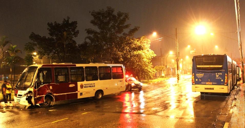 14.mar.2013 - Acidente envolvendo um ônibus e um micro-ônibus na rua Padre José Maria, no bairro de Santo Amaro, zona sul de São Paulo, deixou uma pessoa ferida. O motorista do micro-ônibus foi levado para o pronto-socorro do bairro com suspeita de fratura na perna