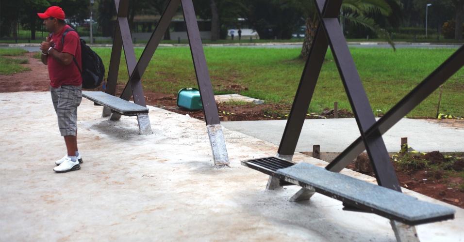 14.mar.2013 - Ainda em fase de instalação, já estão quebrados os novos assentos de um ponto de ônibus na avenida Pedro Álvares Cabral, na região do Parque Ibirapuera, zona sul de São Paulo
