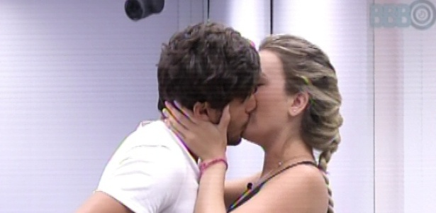 14.mar.2013 - André diz que quer chegar na final campeão invicto e beija Fernanda.