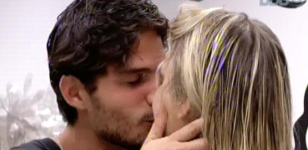 14.mar.2013 - André e Fernanda fazem as pazes após discussão em festa