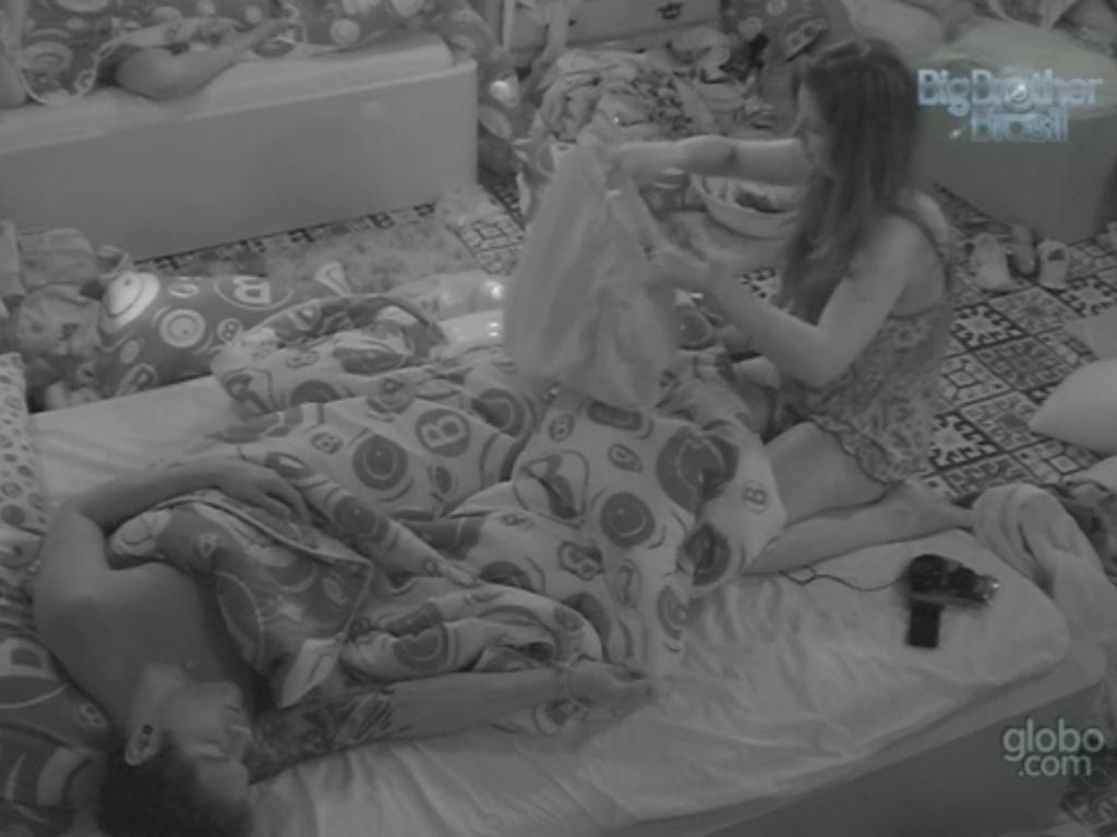 14.mar.2013 - Andressa acorda Nasser e insiste para que gaúcho se vista