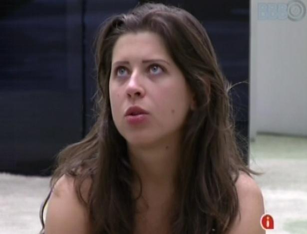 14.mar.2013 - Andressa diz a Natália que Nasser dormiu pelado após festa