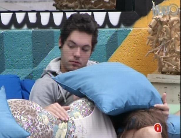 14.mar.2013 - Andressa dorme no colo de Nasser nesta quinta-feira nublada