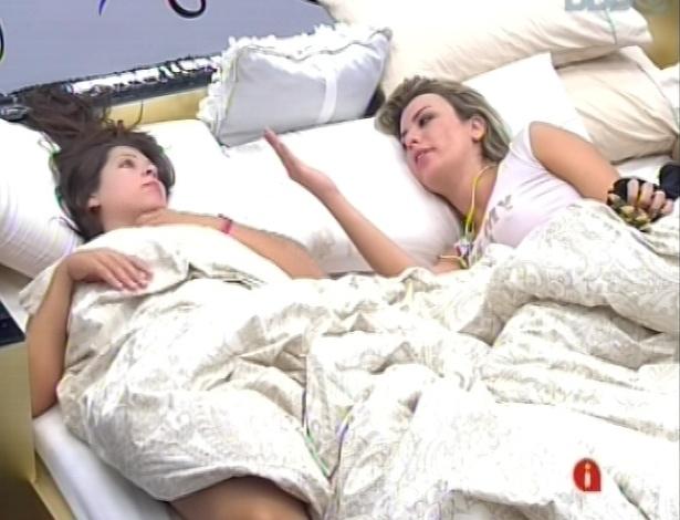 14.mar.2013 - Andressa e Fernanda conversam sobre confusões em festa na noite anterior