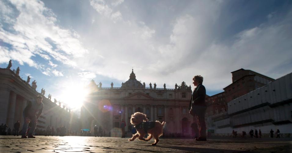 14.mar.2013 - Cachorro de turistas alemães corre na praça São Pedro, no Vaticano, nesta quinta-feira (14), um dia após o fim do conclave. O novo papa alertou para o risco de a Igreja se converter em uma