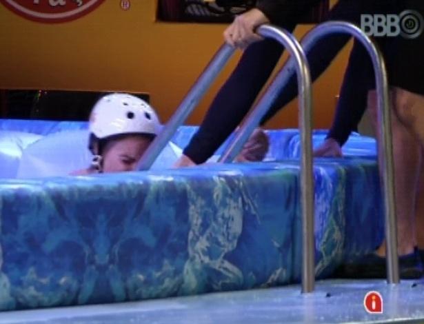 14.mar.2013 - Com 10 minutos de prova, Natália foi a primeira a desistir da liderança nesta quinta-feira. Antes de sair, a sister caiu na água gelada