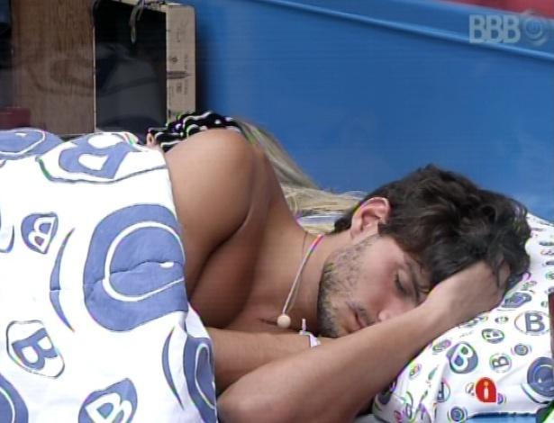 14.mar.2013 - Em dia de prova do líder, André aproveita a tarde para dormir ao lado de Fernanda