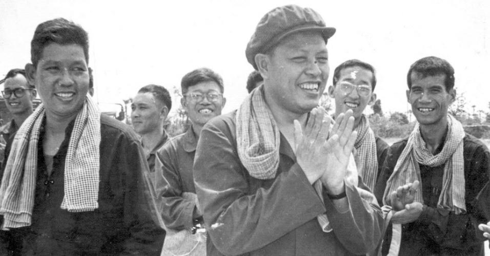 14.mar.2013 - Ex-chanceler do Camboja, Ieng Sary (centro), em foto de arquivo do Centro de Documentação do país