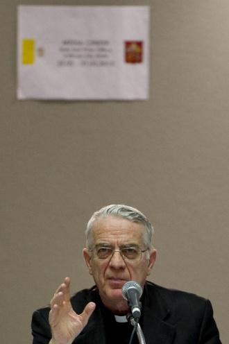 14.mar.2013 - Federico Lombardi, porta-voz do Vaticano, explica os motivos que levaram o argentino Jorge Mario Bergoglio a adotar o nome de papa Francisco, durante entrevista coletiva nesta  quinta-feira (14)