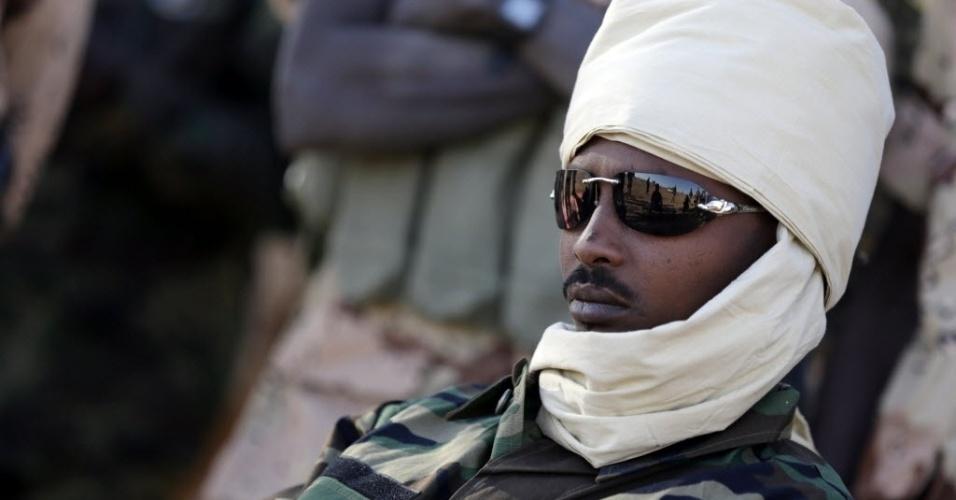 14.mar.2013 - General chadiano Deby Muhammad observa movimentação de tropas em Tessalit, no Mali