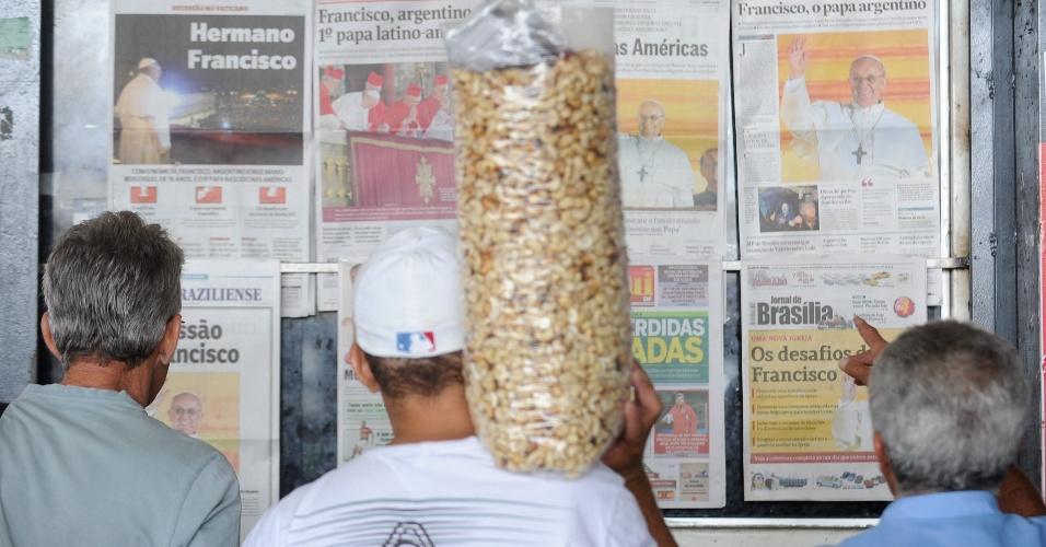 14.mar.2013 - Homens param em frente a uma banca de jornal em Brasília, nesta quarta-feira (14). Após dois dias de conclave, o argentino Jorge Mario Bergoglio foi eleito o novo papa