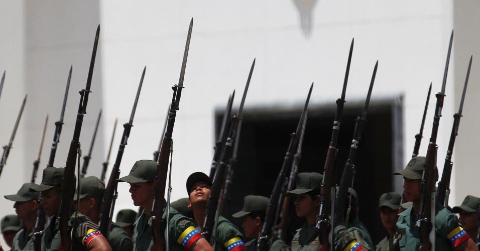 14.mar.2013 - Militares da Venezuela praticam para a parada que será realizada na sexta-feira (15), em Caracas, em homenagem ao presidente Hugo Chávez, morto no dia 5 de março. Na sexta-feira, o corpo de Chávez será levado da Academia Militar de Caracas, onde foi velado na última semana, para o Museu Histórico Militar, onde está previsto que seja embalsamado