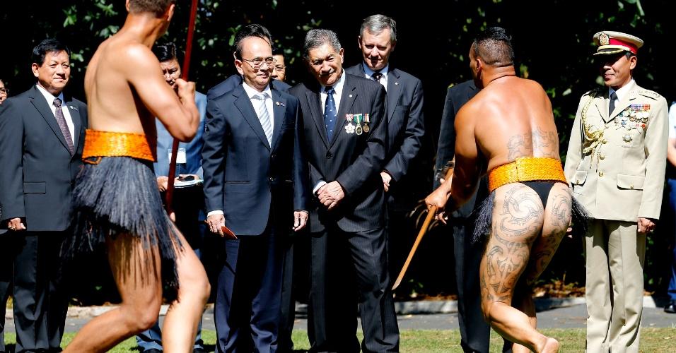 14.mar.2013 - O presidente de Mianmar, Thein Sein (de terno, com uma flecha na mão) assiste à apresentação de guerreiros Maori, durante recepção do governador-geral de Kaumatua, Lewis Moeau (à sua esquerda), em Auckland. Sein está em visita de quatro dias à Nova Zelândia