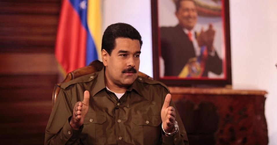"""14.mar.2013 - O presidente interino da Venezuela, Nicolás Maduro, candidato do governo à presidência, fala aos espectadores durante seu programa de televisão, lançado nesta quinta-feira (14), chamado """"Diálogo Bolivariano"""". Maduro segue os passos de Hugo Chávez, que possuía o """"Aló Presidente"""", um programa dominical que desde 1999 manteve o governante 1.656 horas e 44 minutos no ar, o equivalente a 69 dias ininterruptos, segundo o site do próprio programa"""