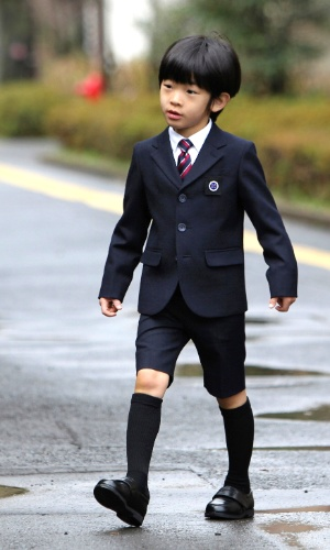 14.mar.2013 - O príncipe japonês Hisahito chega à escola primária da universidade de Ochanomizu para sua cerimônia de graduação