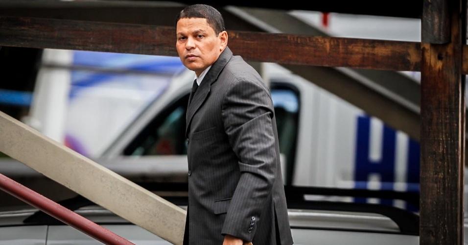 14.mar.2013 - PM reformado Mizael Bispo de Souza (centro) chega ao fórum de Guarulhos (Grande São Paulo), onde é julgado