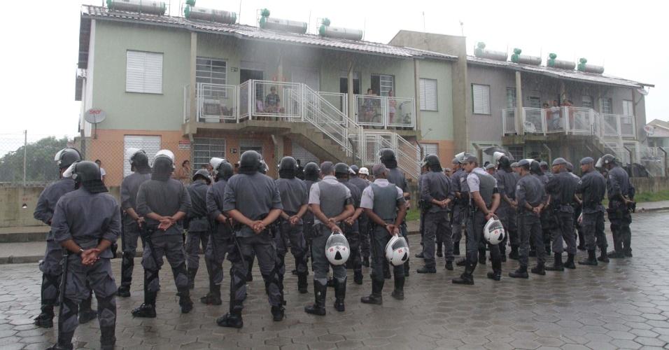 14.mar.2013 - PMs se agrupam para cumprir ordem judicial de reintegração de posse, na manhã desta quinta-feira (14), no Bolsão 9, empreendimento da CDHU (Companhia de Desenvolvimento Habitacional Urbano) em Cubatão (SP)