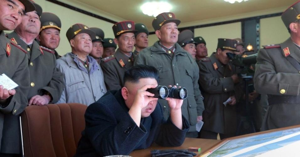 14.mar.2013 - Presidente da Coreia do Norte, Kim Jong-un (centro, de binóculo) inspeciona exercício de disparos de dois destacamentos norte-coreanos, em imagem sem data