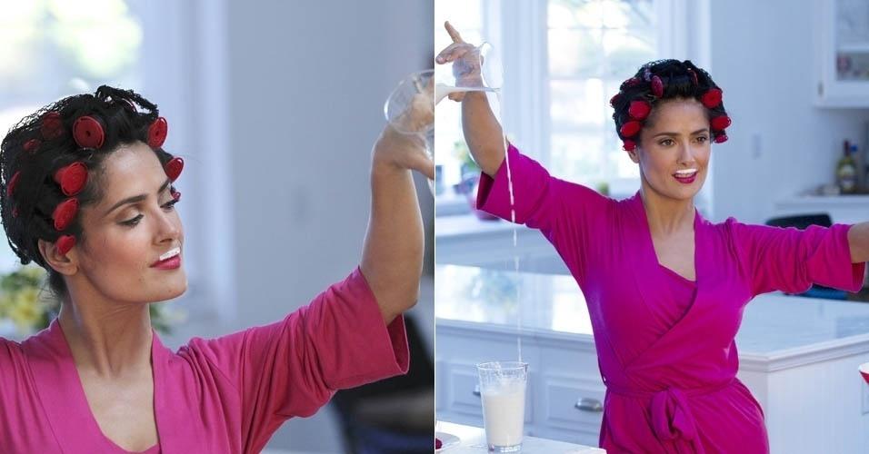 14.mar.2013 - Salma Hayek aparece com bigode de leite e bobes nos cabelos em comercial
