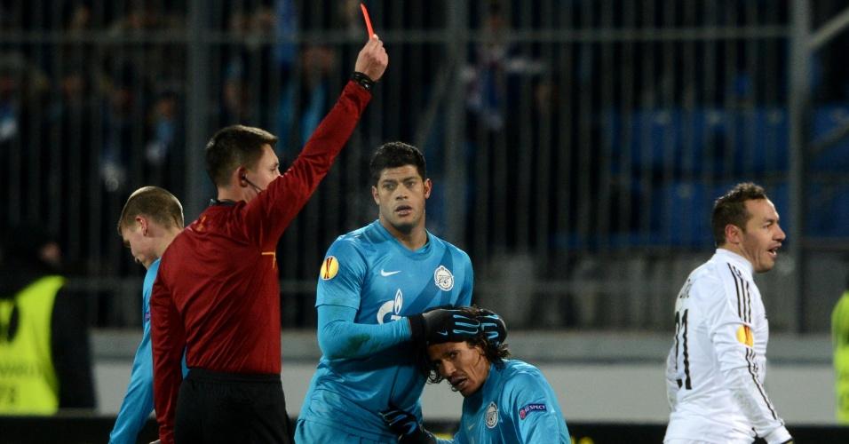 14.março.2013 - Sob os olhares de Hulk (esq.), do Zenit, Marcelo Diaz (dir), do Basel, é expulso em partida da Liga Europa