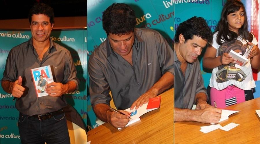 """15.mar.2013 - O ex-jogador Raí lançou o livro """"Raí - Como Gosta de Esporte"""" em uma livraria em São Paulo"""