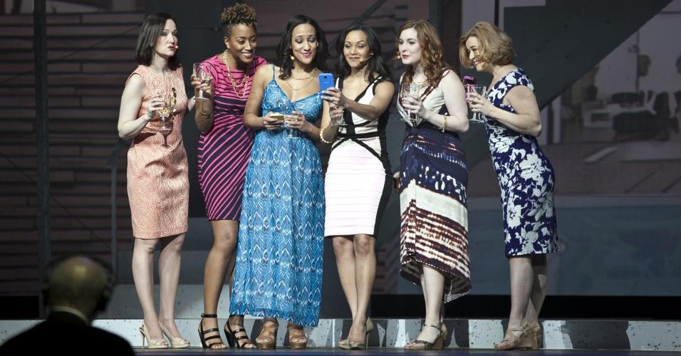 Apresentação de dança ''à la Broadway'' é feita durante evento de lançamento do Galaxy S4 em Nova York, Estados Unidos