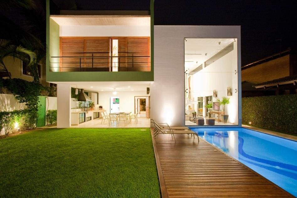 O projeto luminotécnico de Flavio Castro previu a luz da piscina em posição transversal em relação ao eixo longitudinal do equipamento, a fim de distribuí-la de forma mais homogênea. Pontos de luz com lâmpadas halopar 38 subaquáticas estão posicionadas a 70 cm da superfície da água, uma vez que a piscina tem 1,4 m de profundidade. A casa Acapulco fica a 1,5 km da praia de Pernambuco, no Guarujá, litoral paulista