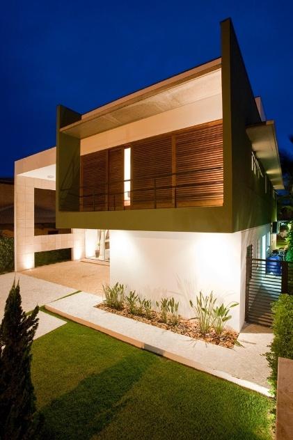 O pavimento de dormitórios sobressai, em verde, com suas varandas e venezianas robustas. O volume de serviços, inferior, em branco, dá sustentação ao bloco mais íntimo. As aberturas laterais e estratégicas, voltadas para um corredor à direita, dão acesso ao lavabo, ao quarto de empregada, à lavanderia e à cozinha. O projeto de arquitetura é de Flavio Castro