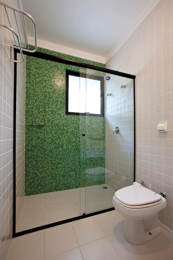 A casa Acapulco, de Flavio Castro, tem quatro suítes e, em cada um dos banheiros, há em mosaico de pastilhas (Kolorines) de cor diferente, em três tons. Todavia, o revestimento é padrão, discreto e branco em três paredes e no piso. As janelas basculantes voltam-se para a fachada lateral direita, têm 90 cm x 90 cm e promovem a ventilação e iluminação naturais. Os metais e as louças são Deca, sendo o chuveiro do modelo Acqua Plus, monocomando