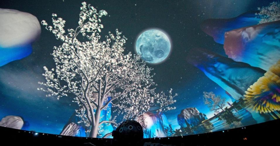 """Espectadores assitem ao show """"Universo de Luz"""" no planetário de Hamburgo (Alemanha)"""