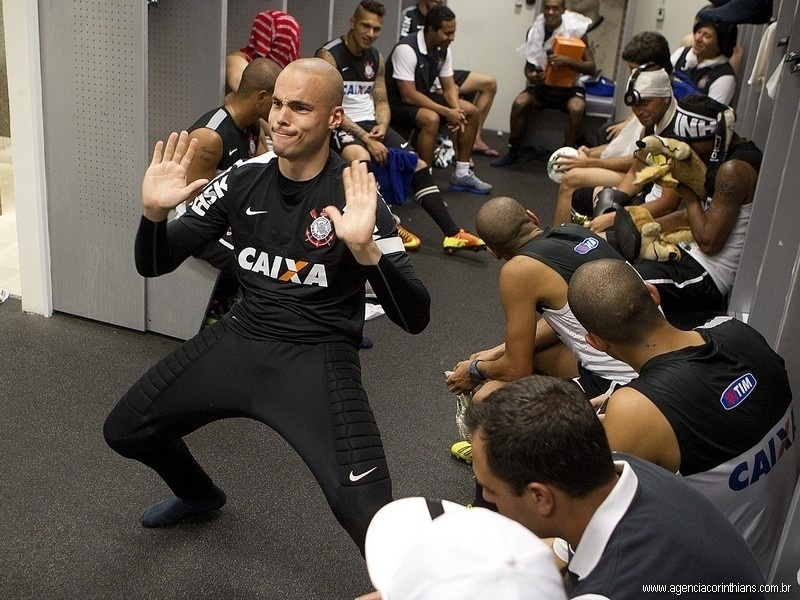 Goleiro reserva Julio Cesar se diverte ao som de Harlem Shake no vestiário da equipe após treino